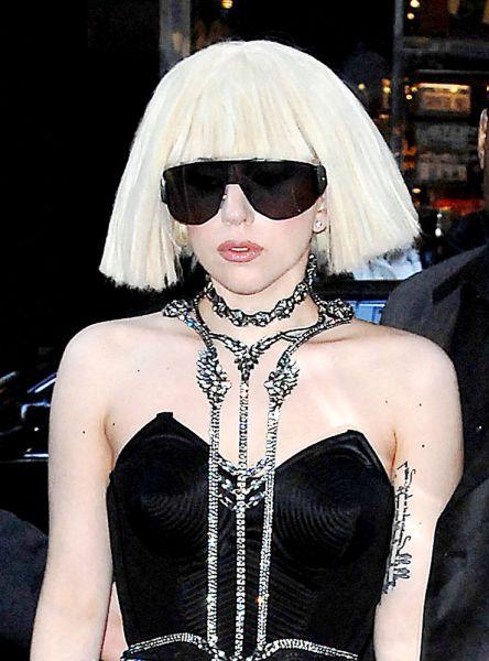 Видео: Lady GaGa бросили цветы прямо в голову