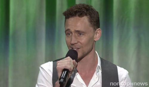 """Видео: Том Хиддлстон исполнил песню из """"Книги джунглей"""""""