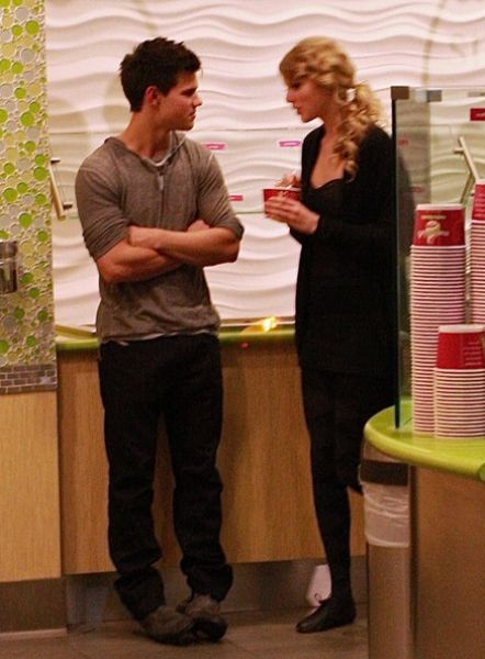 Тэйлор Свифт и Тэйлор Лотнер в кафе-мороженое