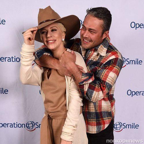 Леди Гага и Тейлор Кинни на благотворительном приеме Operation Smile