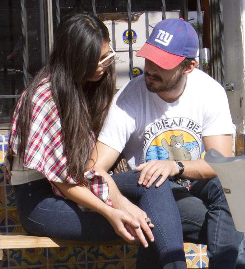 Шайя ЛаБеф с девушкой в Лос-Анджелесе