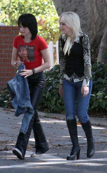 """Кристен Стюарт и Дакота Фаннинг веселятся на съемках """"The Runaways"""""""