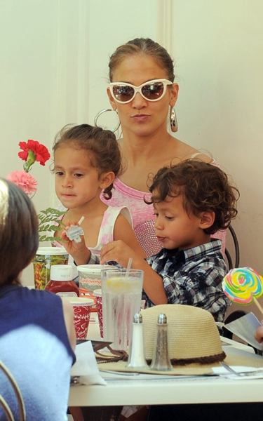 Дженнифер Лопес с детьми в Диснейленде