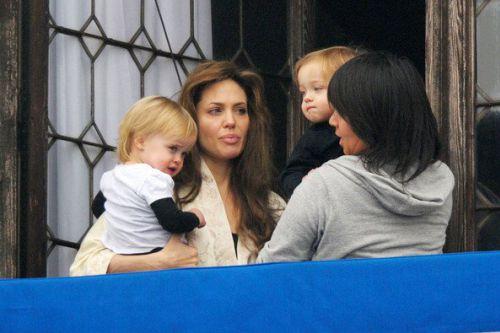 Анджелина Джоли с близнецами на балконе
