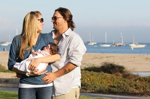 Кевин Федерлайн показал свою новорожденную дочь