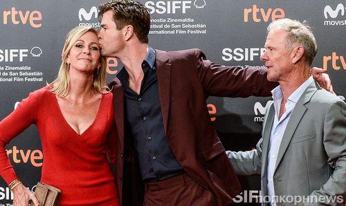 """Крис Хемсворт привез родителей на премьеру «Ничего хорошего в отеле """"Эль рояль""""» в Испании"""