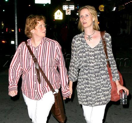 Синтия Никсон со своей девушкой в Нью-Йорке