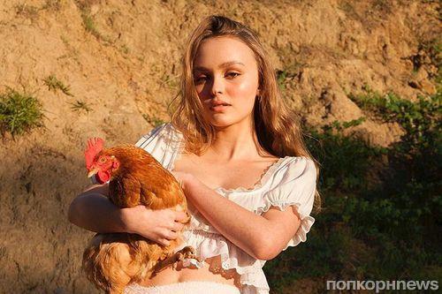 Лили-Роуз Депп удивила своих поклонников фотосессией с курицей
