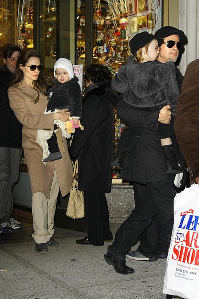 Анджелина Джоли и Брэд Питт вместе с близнецами на Манхэттене