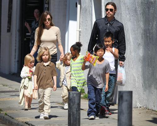 Брэд Питт и Анджелина Джоли с детьми в Новом Орлеане