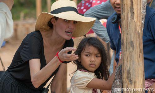 Появились постер итрейлер драмы Анджелины Джоли о«красных кхмерах»