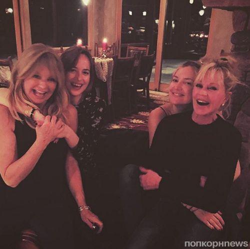 Дакота Джонсон и Кейт Хадсон провели отпуск со своими звездными мамами