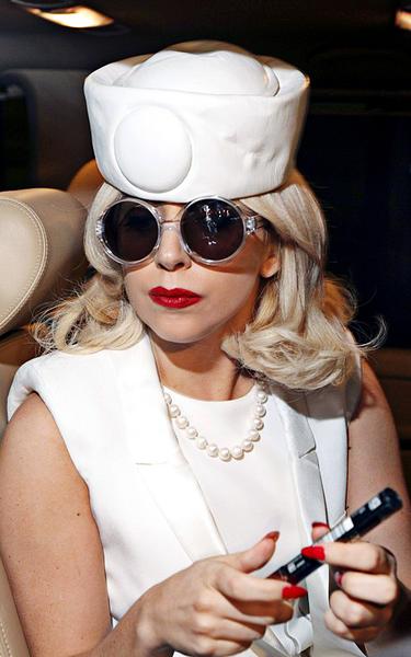 Lady GaGa в костюме медсестры