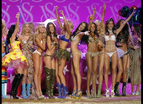 Видео: Ангелы Victoria`s Secret поют песню Кэти Перри - Firework