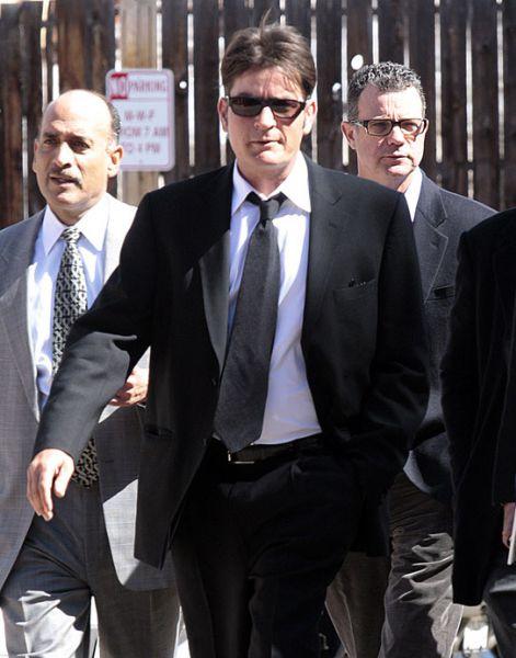Чарли Шин не признает свою вину в избиении супруги
