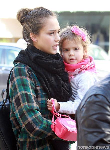Джессика Альба с дочерью в маникюрном салоне
