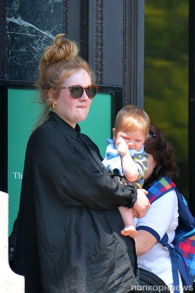 Адель на прогулке с сыном: первые фото малыша Анджело