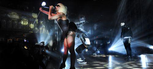 Видео: фаната Lady Gaga сбросили со сцены