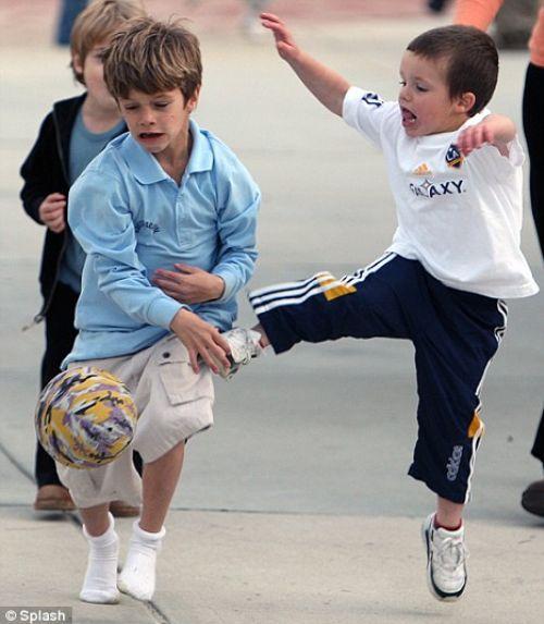 Ромео и Круз Бэкхем - юные футболисты