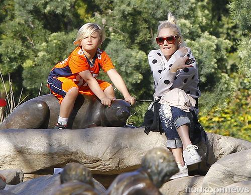 Гвен Стефани на прогулке с детьми