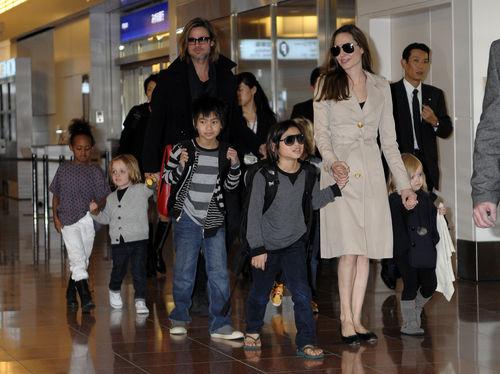 Анджелина Джоли и Брэд Питт с детьми в Японии