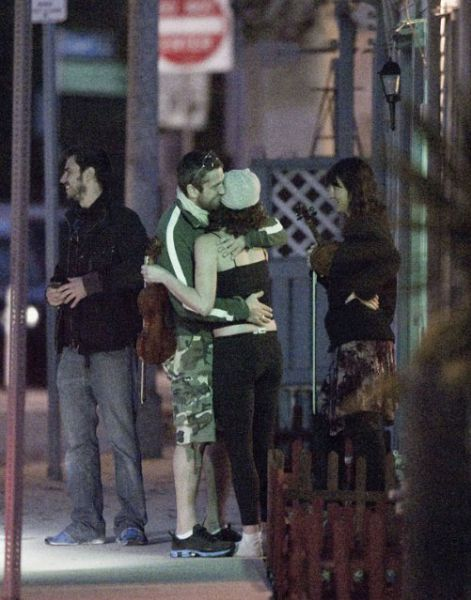 Джерард Батлер целуется с незнакомкой