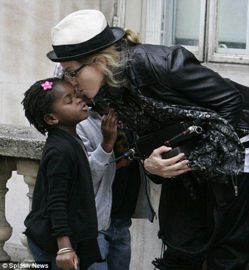 Отец дочери Мадонны попросил прислать ему фото девочки