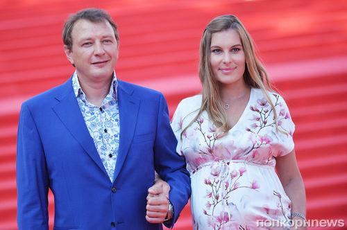 Марат Башаров вышел с беременной невестой на красную дорожку