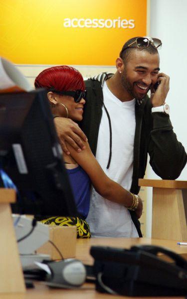 Рианна и Мэтт Кэмп покупают новый телефон