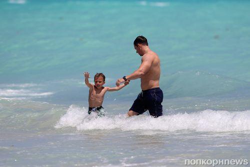Марк Уолберг с семьей в Майами