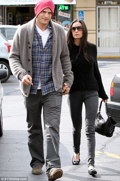 Деми Мур и Эштон Кутчер на прогулке в Лос-Анджелесе