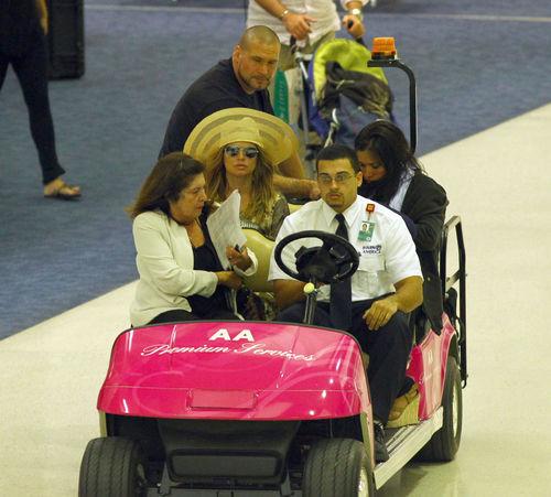 Ферги прокатилась на розовом авто