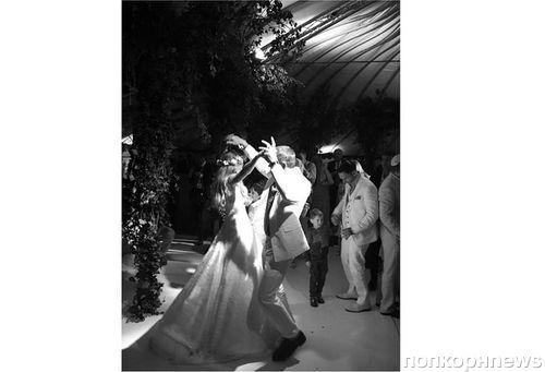 Гай Ричи женился на модели Джеки Эйнсли: первые свадебные фото