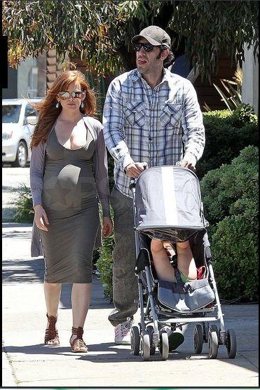 Беременная Айла Фишер гуляет с мужем и ребенком