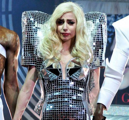 Lady Gaga расплакалась на сцене