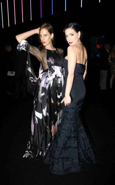 Дита фон Тиз и Эмма Уотсон на парижской неделе моды