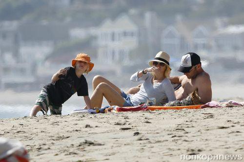 Наоми Уоттс и Лив Шрайбер отдыхают на пляже