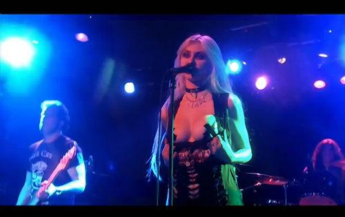 Видео: 17-летняя Тэйлор Момсен показала на концерте свою грудь