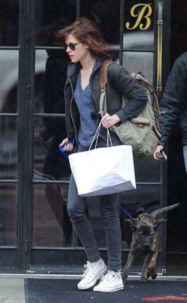 Кристен Стюарт гуляет с собакой Роберта Паттинсона