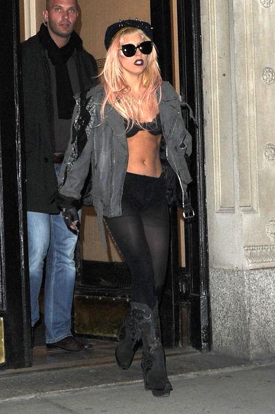 Lady GaGa не успела одеться?