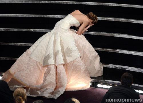 Дженнифер Лоуренс объяснила свое падение на церемонии Оскара: «Посмотрите на мое платье!»