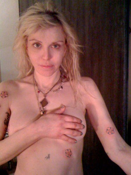 Кортни Лав делает новые тату