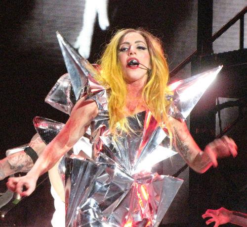 Lady GaGa получила в подарок надувную куклу
