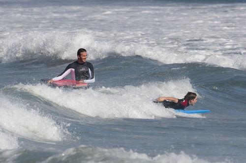 Дэвид Бэкхем дает уроки серфинга