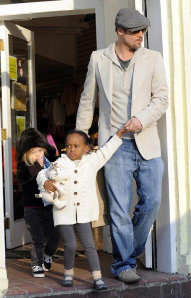 Брэд Питт: шоппинг с двумя молодыми леди