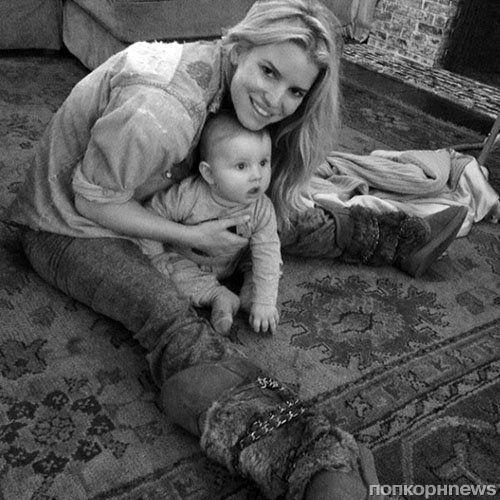 Звезды в социальных сетях: Кэти Холмс хлопочет на кухне, а Нина Добрев улыбается гонщикам