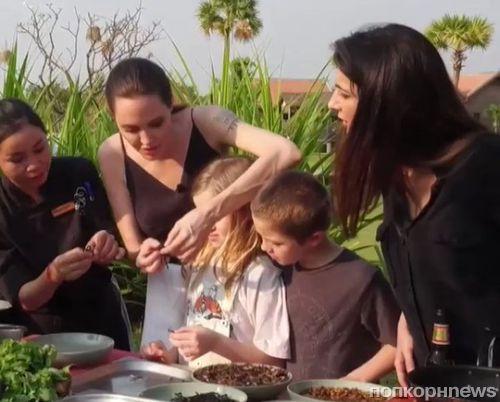 Видео: Анджелина Джоли с детьми попробовала тарантулов и скорпионов в Камбодже