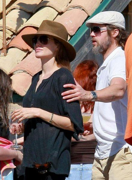 Джоли, Питт и дети на пляже Малибу