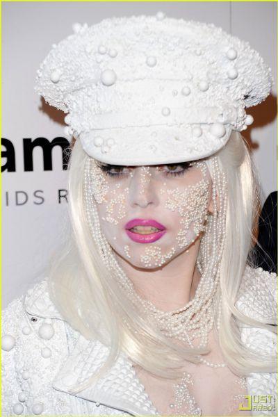Lady Gaga носит жемчуг … на лице