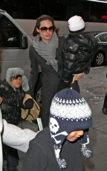 Анджелина Джоли и Брэд Питт с детьми направляются в театр